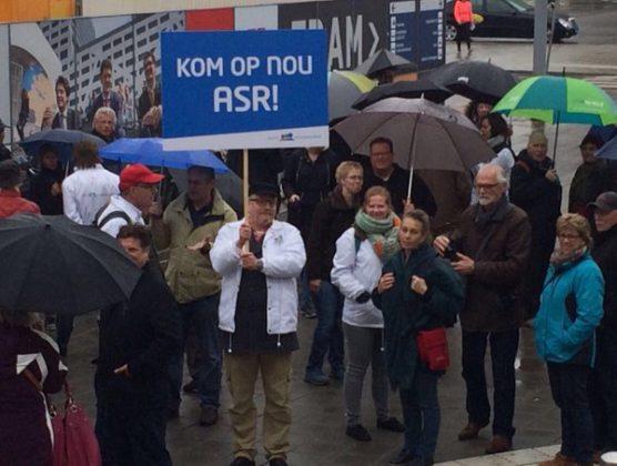 Consumentenbond demonstreert bij ASR-kantoor