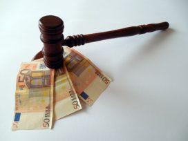 Administratief medewerker drukt prijs assurantieportefeuille