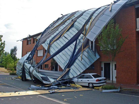Grote drukte bij verzekeraars na storm: 'Hele daken vlogen er van af'