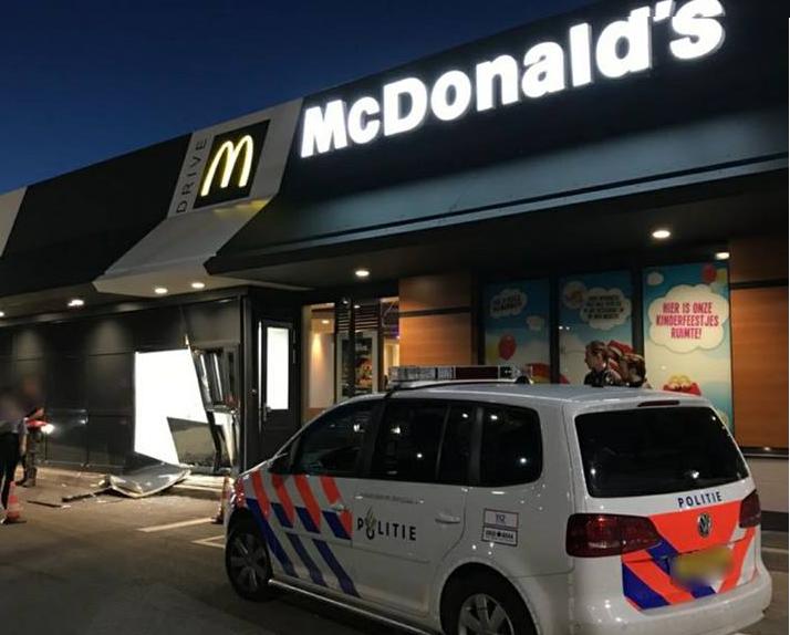 Automobilist rijdt McDrive binnen