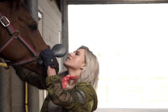 Munt zet paardenvlogger Britt Dekker in als hypotheekleek
