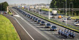 Eenheid en verbondenheid in een dichtslaande deur: Hoe het aankomstceremonieel van de MH17-slachtoffers iedereen wist te raken