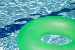 Vrijstaande glazen kap zwembad is geen erfafscheiding; klant Centraal Beheer draait zelf op voor schade